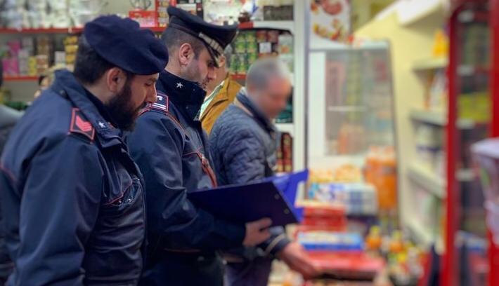 Napoli, controlli alle attività commerciali etniche, insetti e parassiti, sequestrati diversi chili di carne