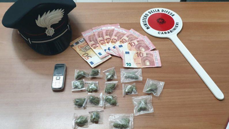 Spacciava marijuana custodita in un sacchetto, 26enne nei guai