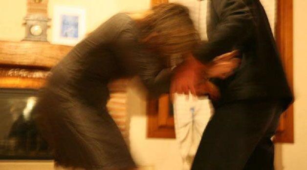 Picchia e minaccia di morte la moglie davanti ai figli, arrestano 38enne