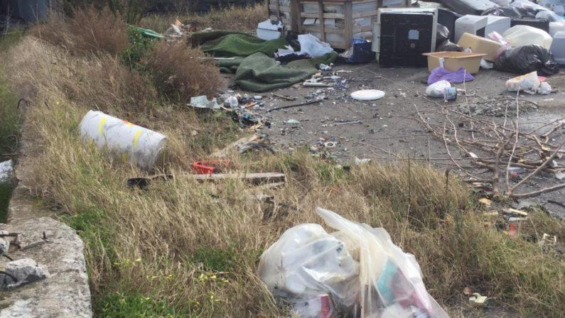 Ambiente, rifiuti ammassati su un'area comunale dalla ditta che gestisce il servizio di raccolta: una denuncia