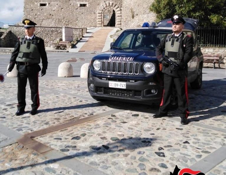 Palpeggia una minorenne alla fermata dell'autobus, arrestato un uomo nel Catanzarese