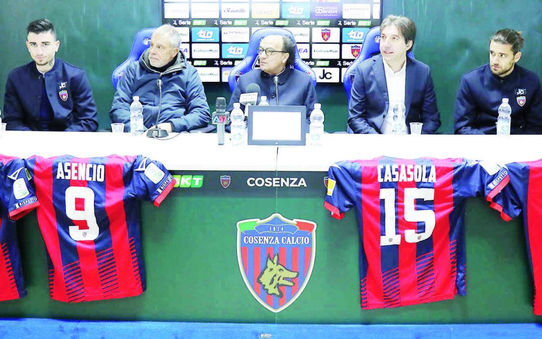 Il presidente Guarascio con il tecnico Braglia e il ds Trinchera e i quattro nuovi: Prezioso, Asencio, Casasola e Bahlouli (foto M. De Marco)