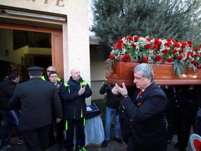 Tragedia Frecciarossa, la maglia della Reggina sulla bara per i funerali del macchinista Cicciù