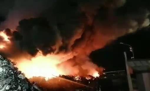 Terra dei fuochi, brucia ad Acerra deposito di rifiuti ferrosi
