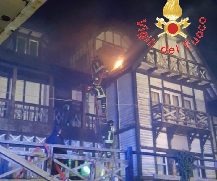 """A fuoco lo storico """"Albergo delle Fate"""" di Taverna, focolai sotto il tetto in legno"""