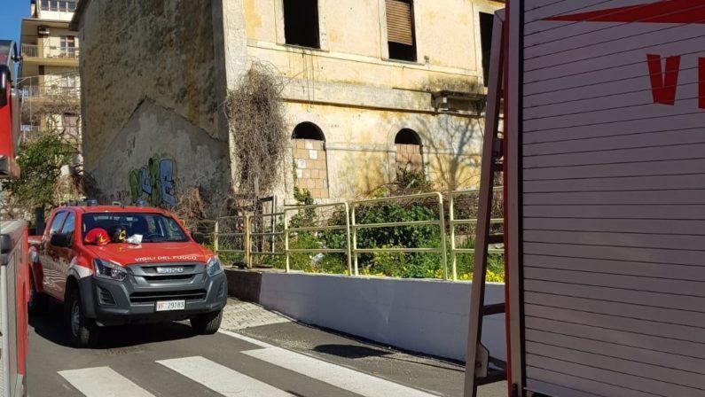 In fiamme un casolare a Catanzaro, indagini della polizia. Era utilizzato da senzatetto