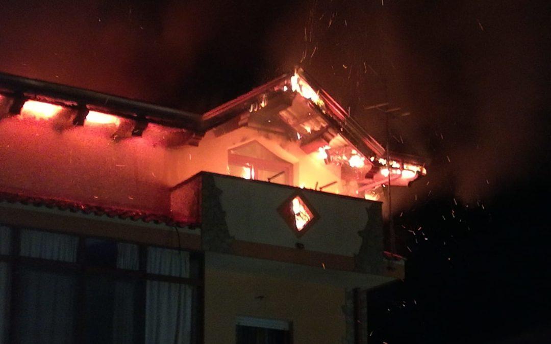 Il palazzo preda dell'incendio