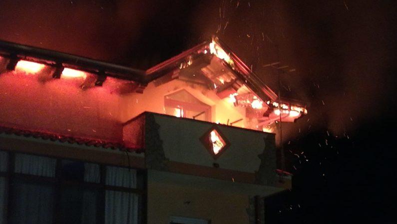 Attico di un palazzo va in fiamme nel Vibonese: in fuga inquilini e residenti