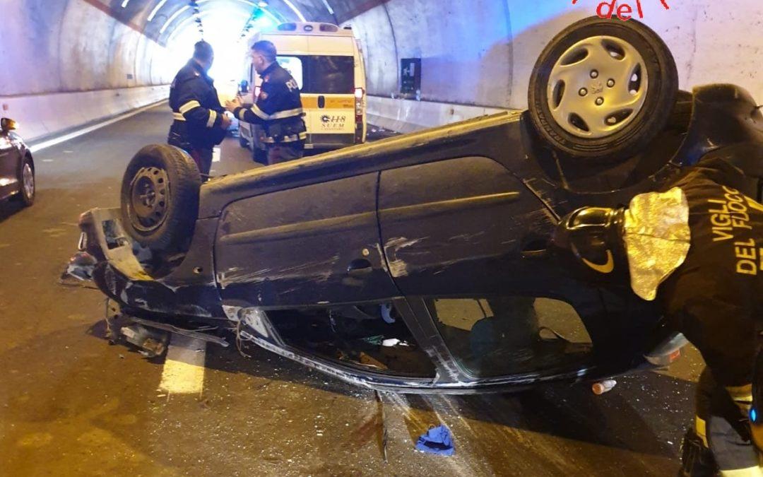 Auto si ribalta sulla statale 106 nel Catanzarese: 9 persone a bordo tra adulti e bambini, 2 feriti gravi
