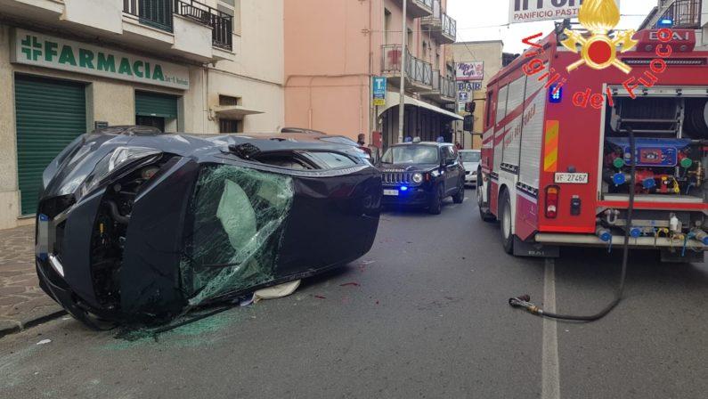 Auto sbatte contro un albero e si ribalta, due giovani feriti nel Catanzarese