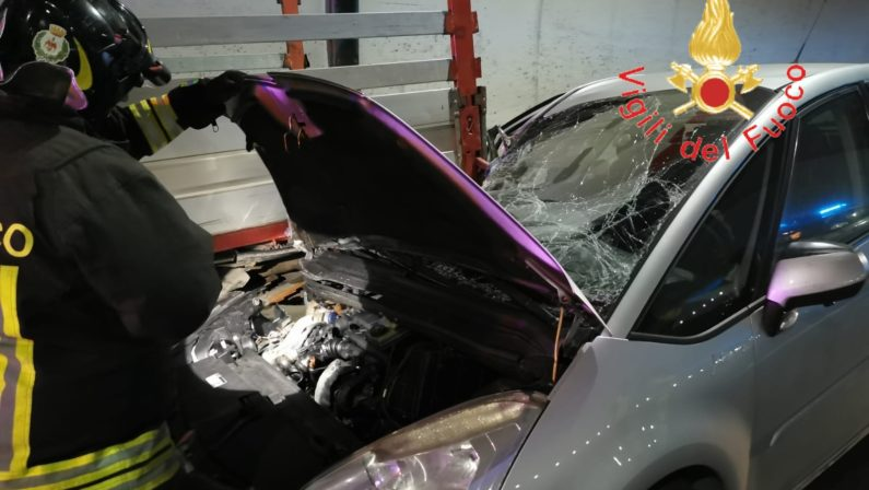 Incidente sul nuovo tratto della statale 106 a Catanzaro, due feriti. Uno è grave