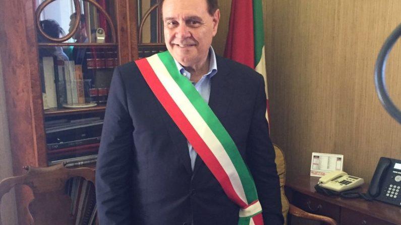 """Mastella si rimette la fascia tricolore a Benevento """"Non mi candido alla Presidenza della Regione"""""""