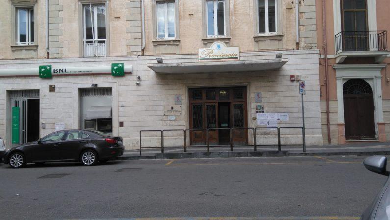 Colpo di arma ad aria compressa danneggia una finestra della Provincia di Crotone, indagini