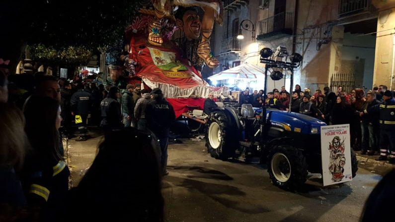 Tragedia durante la sfilata di Carnevale, bimbo di 4 anni cade da un carro e muore
