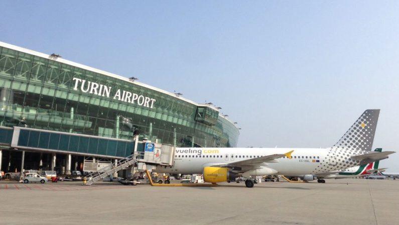 Emergenza Coronavirus, «Su un autobus d'imbarco in più di 50» La denuncia di una coppia calabrese all'aeroporto di Torino