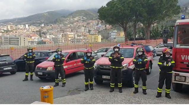 Omaggio dei vigili del fuoco ai medici dell'ospedale di Paola che lottano contro il coronavirus VIDEO