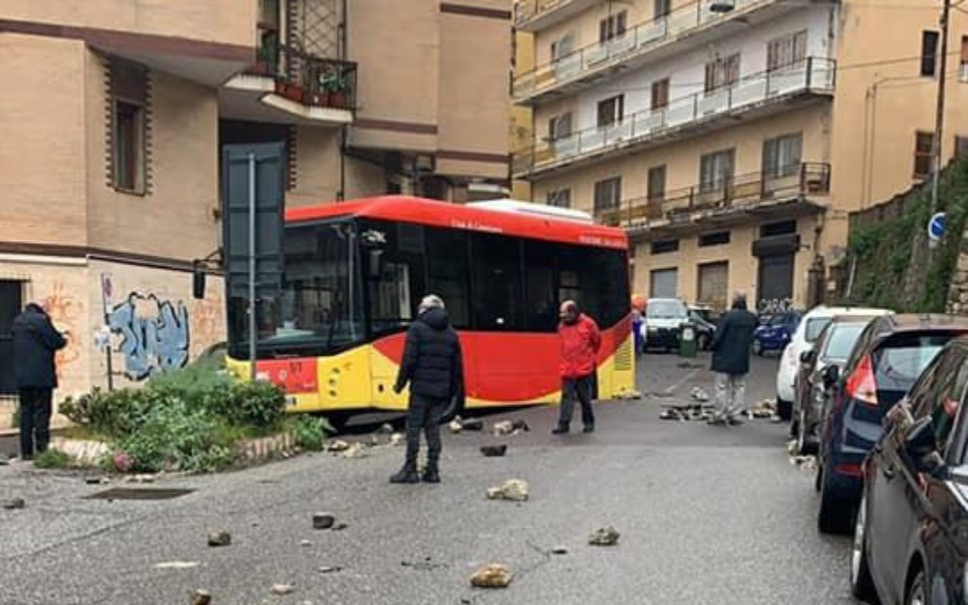 L'autobus sprofondato nell'asfalto a Catanzaro