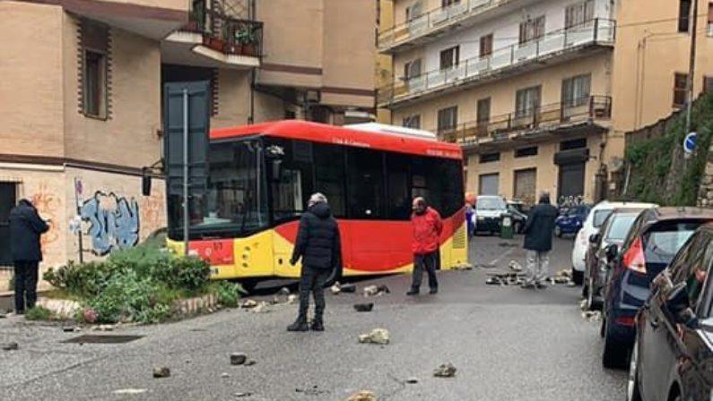 Maltempo, a Catanzaro si apre una voragine nell'asfalto e un autobus resta incastrato