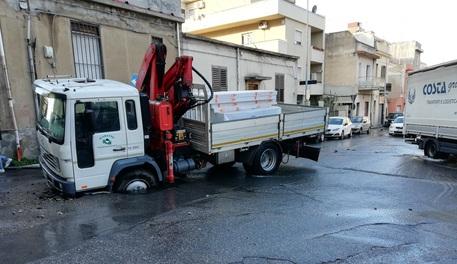 Reggio Calabria, cede l'asfalto e si apre una voragine: un camion resta incastrato