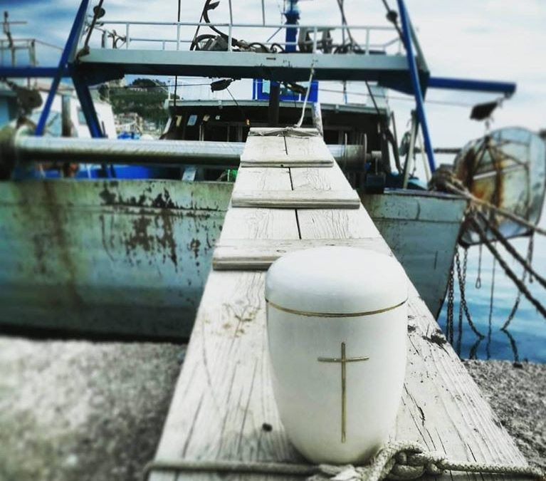 Le ceneri di Gianni Mazza in mare: la cerimonia del pescatore di San Lucido vittima del coronavirus