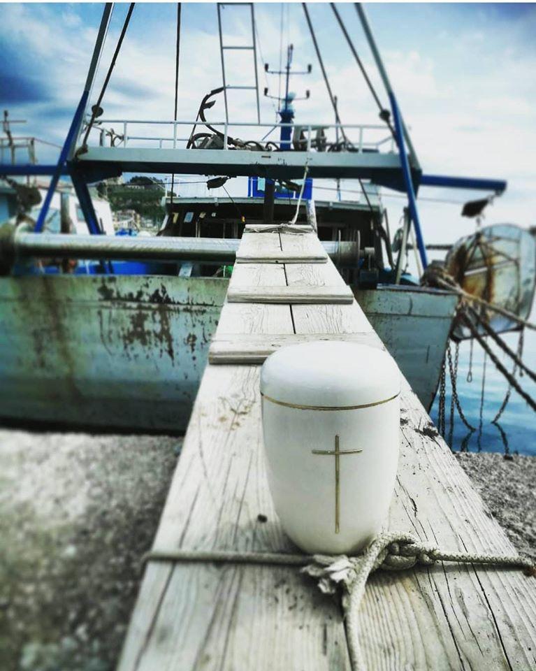 Le ceneri di Gianni Mazza davanti al mare: la cerimonia del pescatore di San Lucido vittima del coronavirus