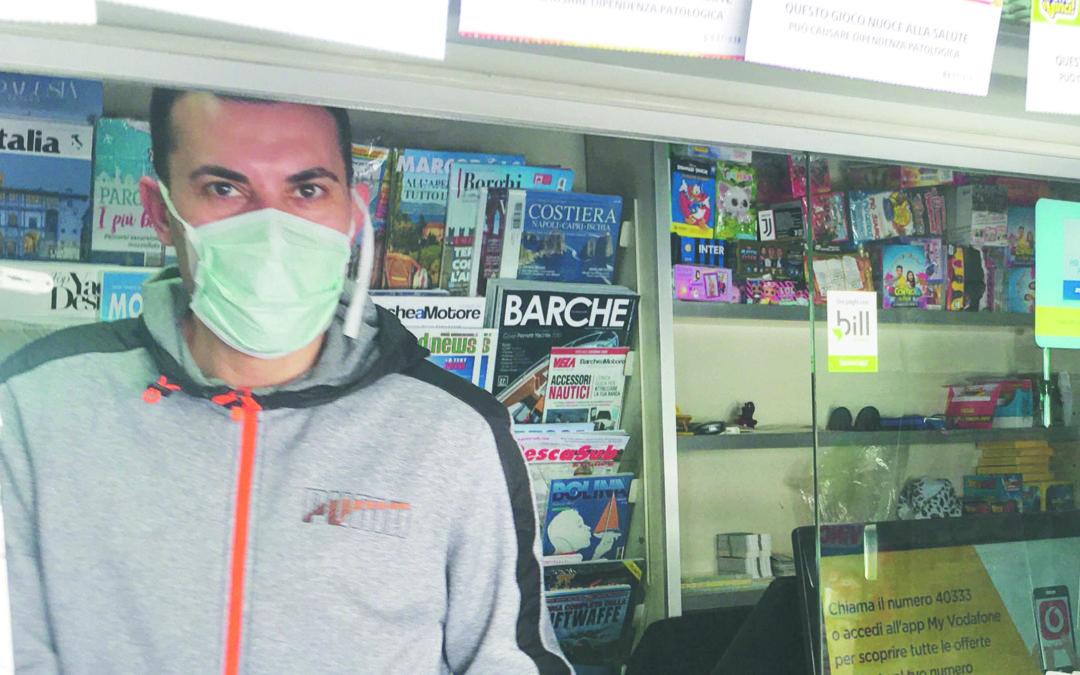 Un edicolante aperto malgrado l'emergenza coronavirus