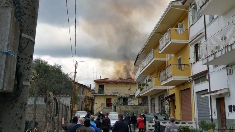 Dasà, in fiamme un palazzo in pieno centro urbano, distrutta una abitazione