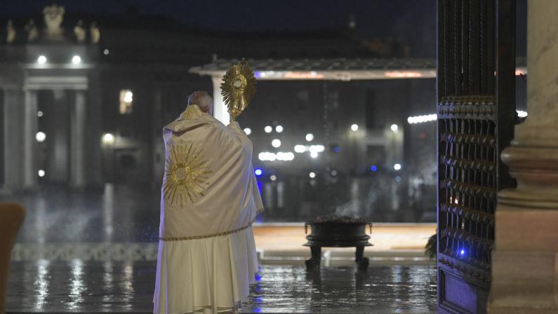 La preghiera del Papa in una deserta piazza San Pietro: «Signore non lasciarci in balìa della tempesta»