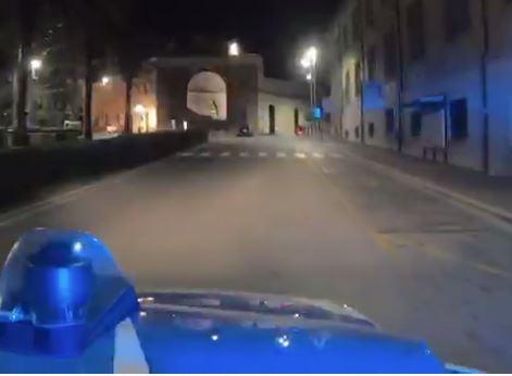 """VIDEO - """"Non avere paura"""": la polizia fa sentire la canzone di Tommaso Paradiso per le strade deserte di Catanzaro"""