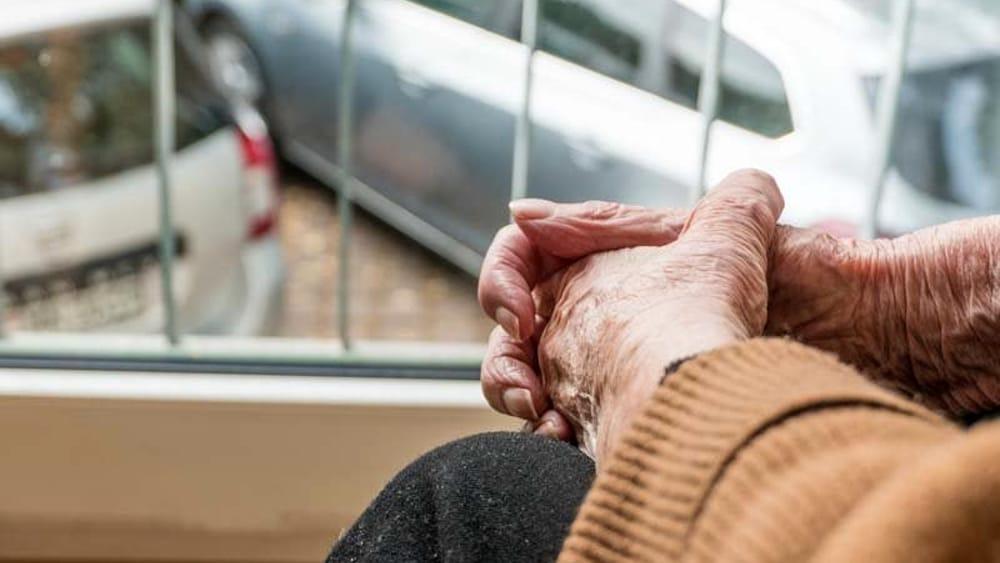Salerno, anziano solo e affamato: telefona al 112
