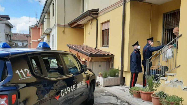 Grottamianrda, anziana sola chiede aiuto ai carabinieri che le offrono la spesa e le tengono compagnia