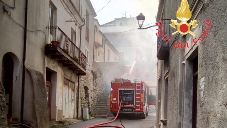 Incendio distrugge una casa nel Catanzarese, feriti padre e figlio