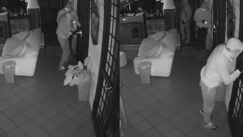 Tentato furto in una villa ad Ospedaletto d'Alpinolo, ladri ripresi dalla telecamera