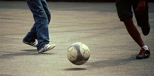 Giocano al pallone, Polizia multa i genitori