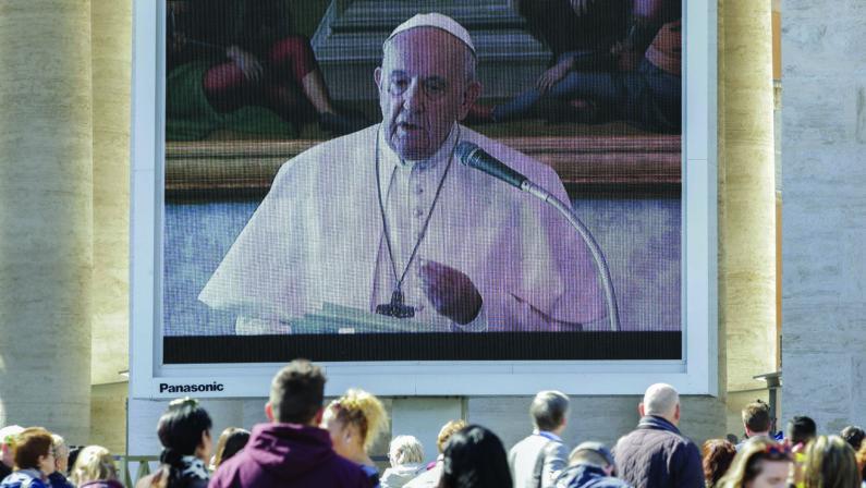 Coronavirus, Papa Francesco ingabbiato in biblioteca e all'Angelus popolo fantasma