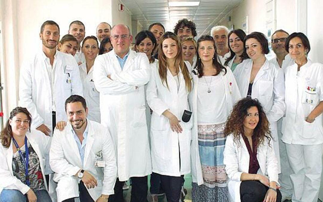 L'equipe del professor Paolo Ascierto (al centro) dell'Istituto Pascale di Napoli, il primo a sperimentare l'efficacia di un farmaco anti-artritico contro il Covid-19