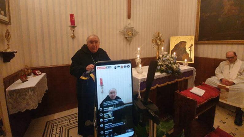 Reggio Calabria, il vescovo Morosini celebra in streaming una messa per tutti i defunti senza funerale