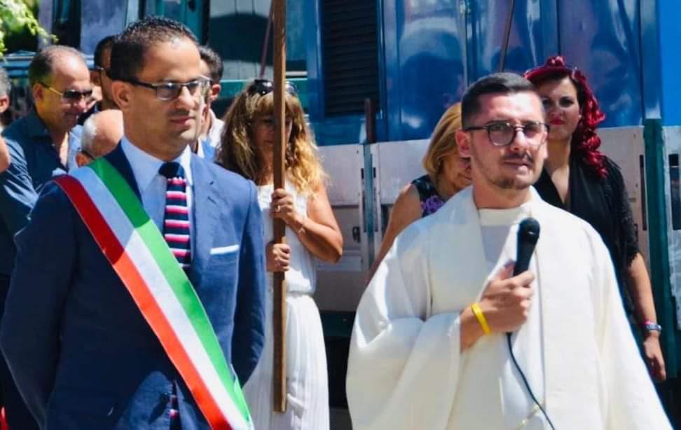 Il sindaco Mazzeo e il parroco don Andrea Campennì