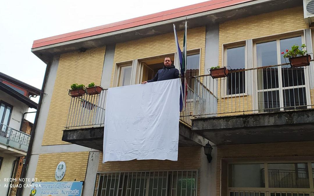 Il lenzuolo bianco appeso al balcone del comune