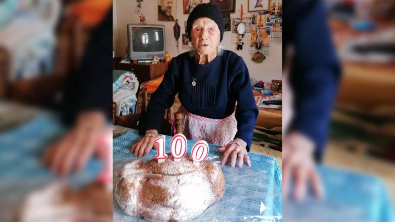 Briatico, compie 100 anni ma non può festeggiare per l'emergenza Coronavirus, la comunità le regala dei fiori