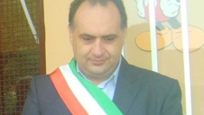 Decade il sindaco di Gizzeria Raso dopo la sua elezione in consiglio regionale