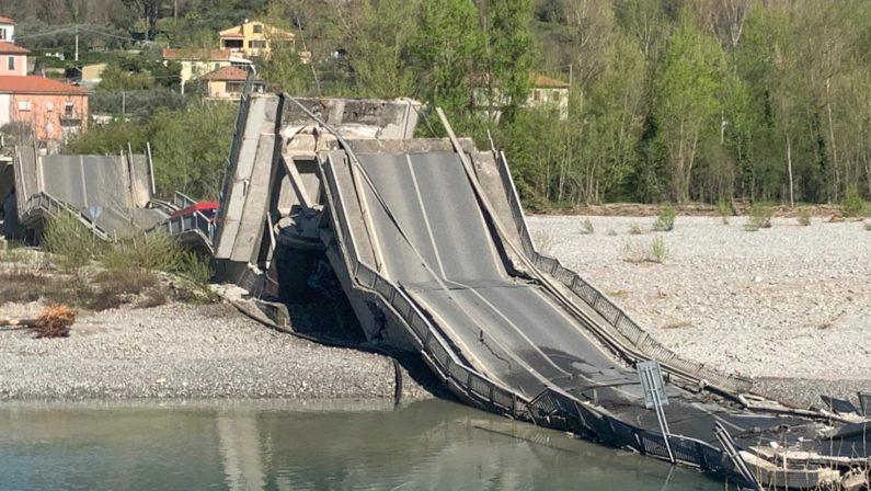 Crolla un ponte in Toscana, coinvolti veicoli: un ferito. Da mesi era stato lanciato l'allarme per una crepa
