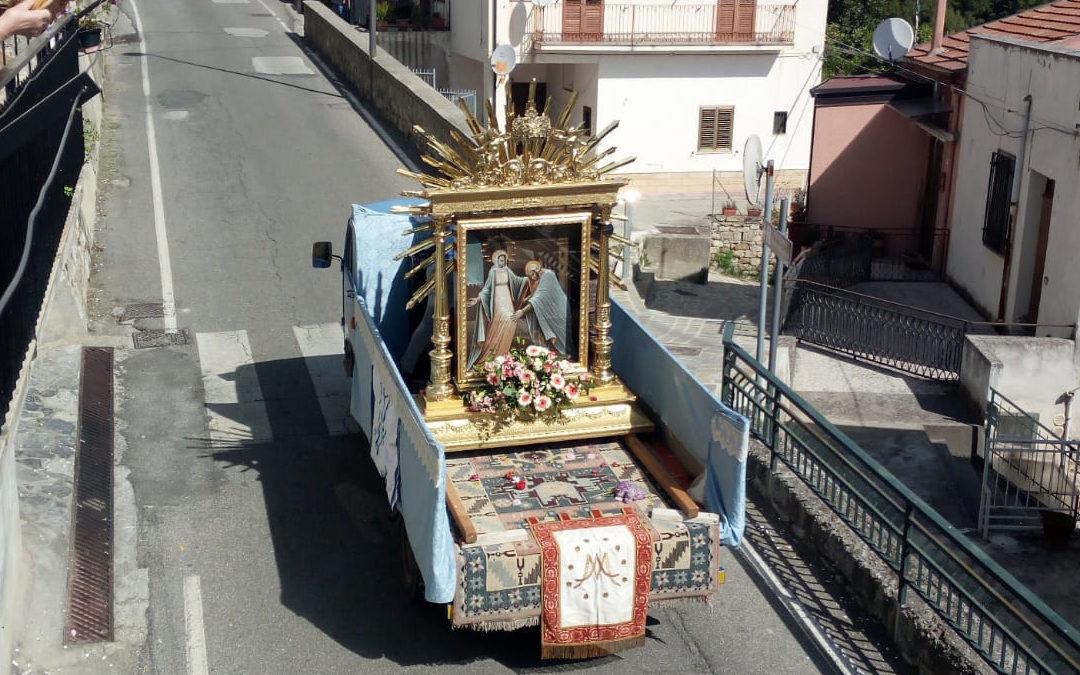 La statua della Madonna portata in processione a Rocca Imperiale