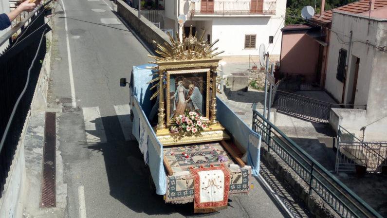 Rocca Imperiale, il coronavirus non ferma la processione della Madonna della Nova: i fedeli salutano dai balconi