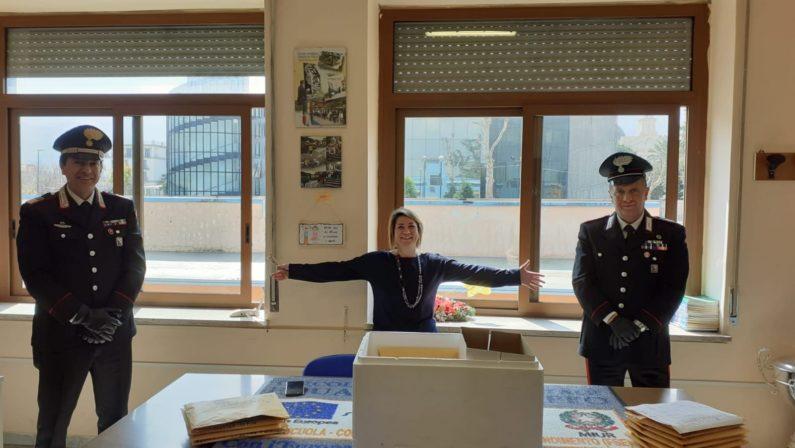 Carabinieri supportano scuola elementare nella consegna di notebook per lezioni a distanza