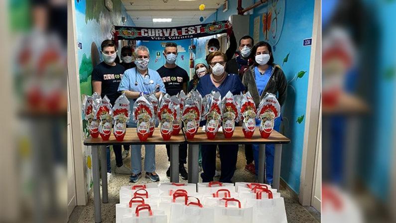 Vibo Valentia, i tifosi della Vibonese regalano uova di Pasqua ai bambini ricoverati in Pediatria