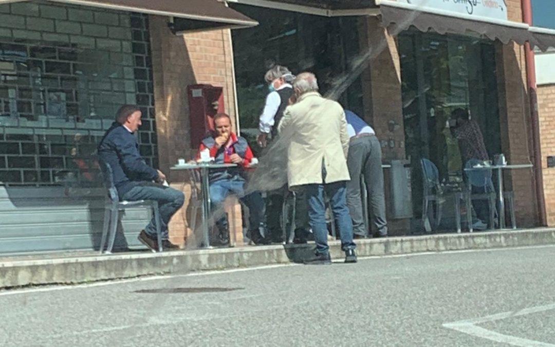 Clienti davanti a un bar di Catanzaro aperto e poi chiuso