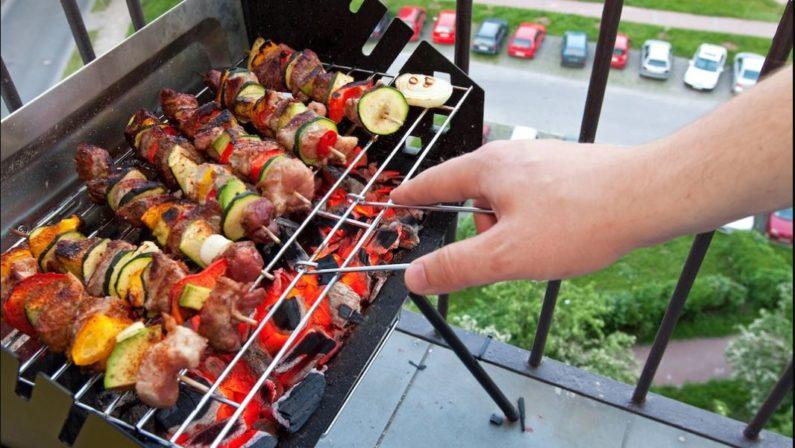 Pasqua e Pasquetta in casa ma rispettando le tradizioni: e il barbecue si sposta sul balcone