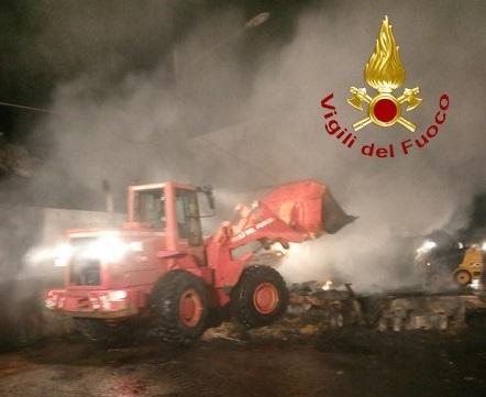 L'intervento dei vigili del fuoco per l'incendio