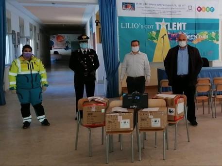 I tablet per la didattica a distanza consegnati dai carabinieri agli studenti di Cirò